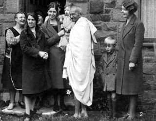 Gandhi_and_women_in_England