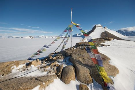 20090218-tibetan-prayer-flags-antartica