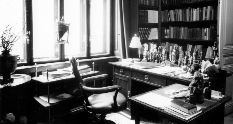 Freud's desk b