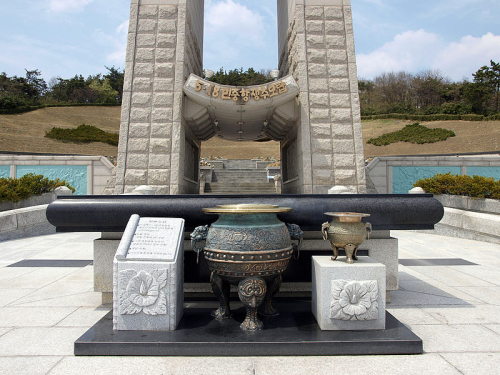 Gwangju_-_May_18th_National_Cemetery_-_memorial_tower_and_altar
